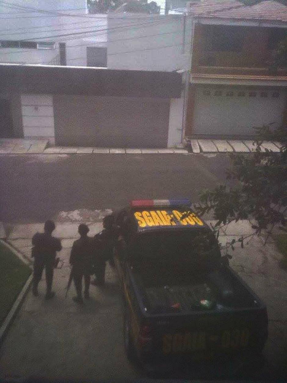 Agentes de la PNC participaron en el allanamiento en la vivienda de Baldetti, en el residencial Los Eucaliptos.