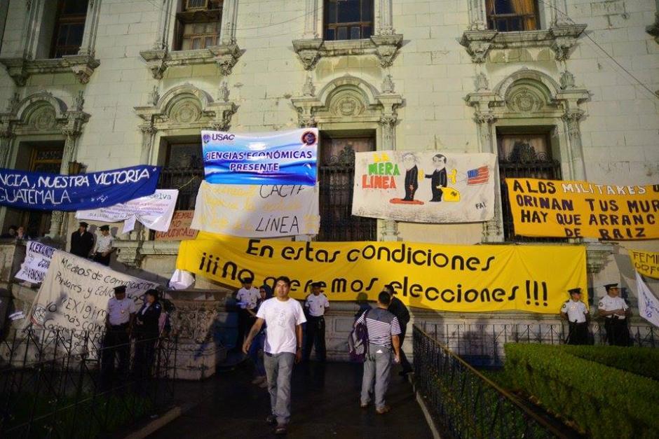 Cientos de personas permanecen manifestando en la Plaza de la Constitución para exigir que renuncie el Presidente Pérez Molina. (Foto: Wilder López /Soy502)