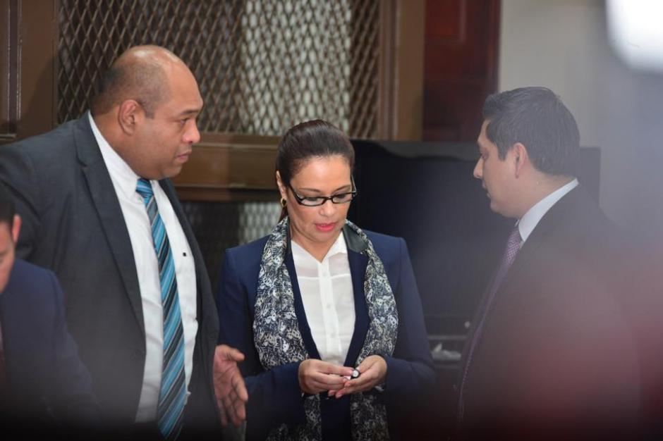 La exvicepresidenta espera a que se reanude la audiencia a eso de las 13 horas. (Foto: Jesús Alfonso/Soy502)