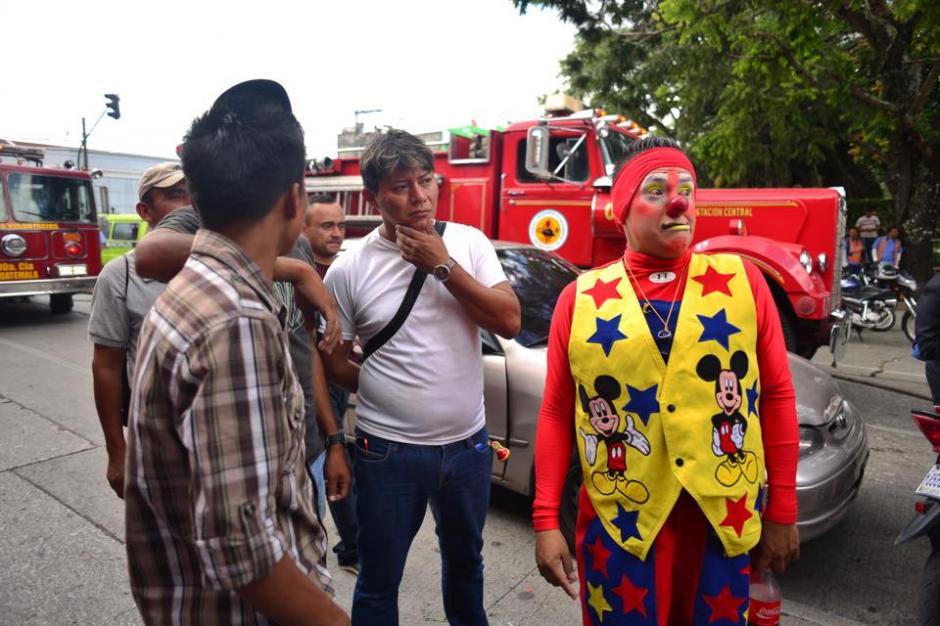 Transeuntes observan las afueras de la piñatería que fue consumida por un incendio. (Foto: Jesús Alfonso/ Soy502)