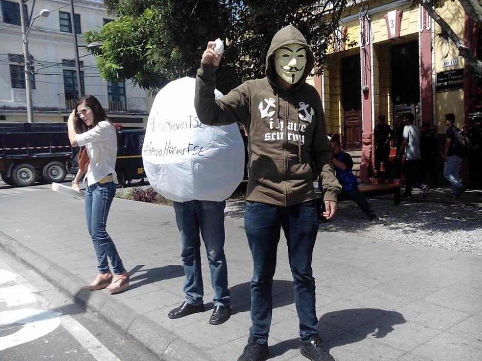 Los manifestantes piden que se cancele a los partidos políticos que han incumplido con la ley. (Foto: Alejandro Balan/Soy502)
