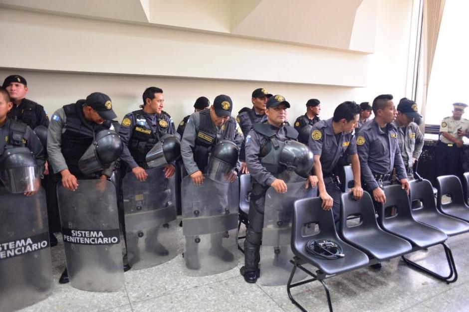"""Las fuerzas de seguridad permanecen dentro del Juzgado """"B"""" de Mayor riesgo en el nivel número 14 de la Torre de Tribunales. (Foto: Jesús Alfonso/Soy502)"""