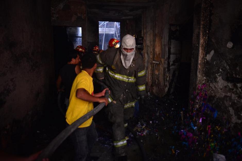 Cuerpos de socorro apagan incendio en piñatería en la zona 1.(Foto: Jesús Alfonso/ Soy502)