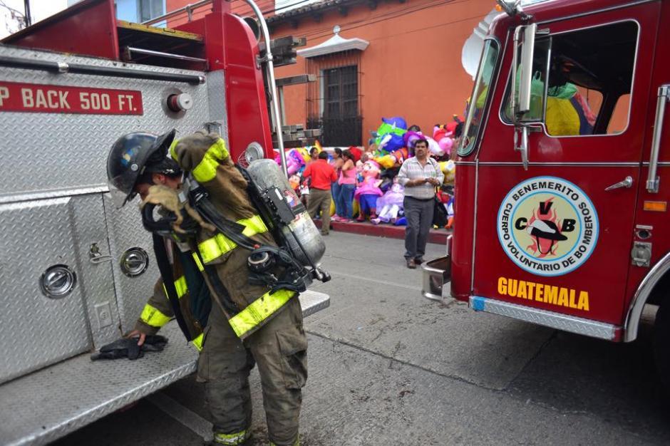 Cuerpos de socorro sofocaron el incendio en una piñatería en la zona 1 capitalina.(Foto: Jesús Alfonso/ Soy502)