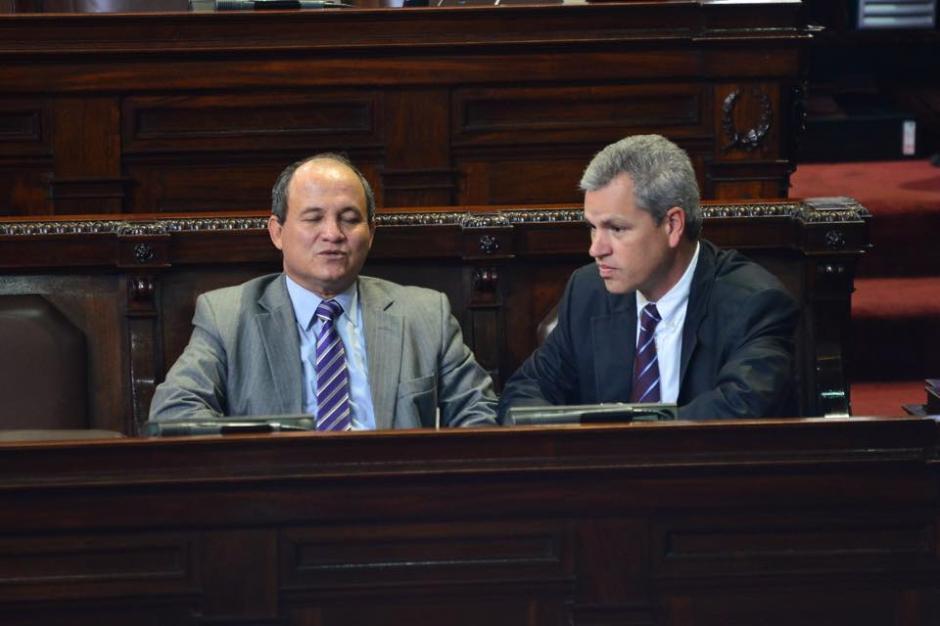 Dos diputados llegan al Congreso de la República para la sesión plenaria. (Foto: Jesús Alfonso/ Soy502)