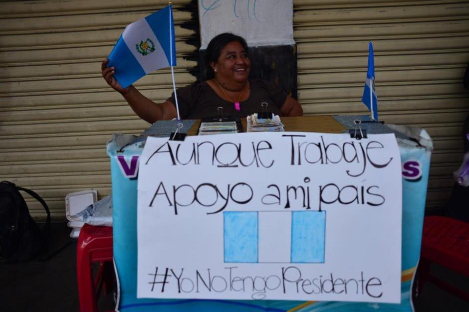 Desde su puesto de trabajo guatemaltecos demostraron el rechazo al mandato del presidente. (Foto: Jesús Alfonso/Soy502)