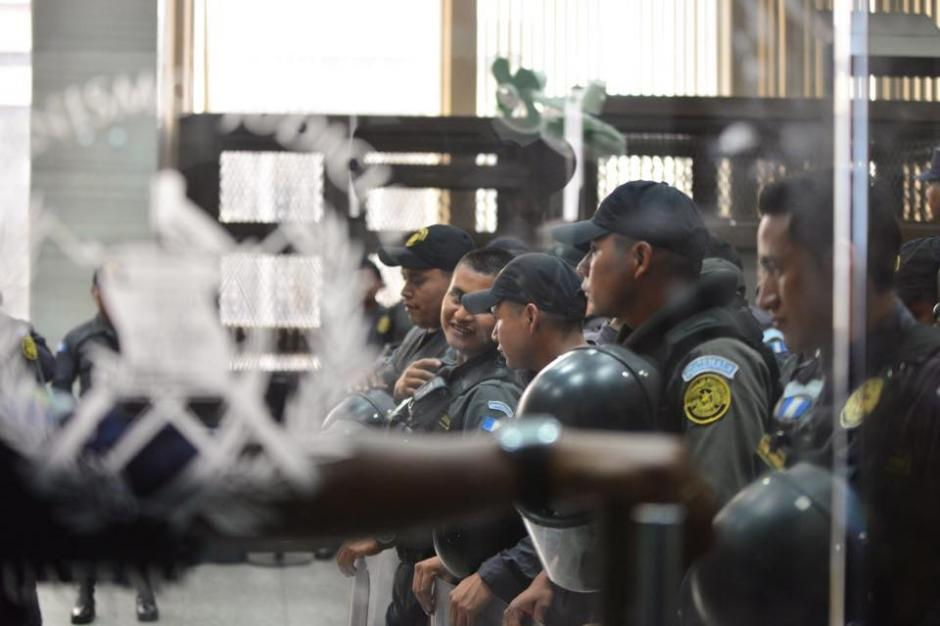 Guardias de seguridad continúan resguardando a la exvicepresidenta Roxana Baldetti. (Foto: Jesús Alfonso/ Soy502)