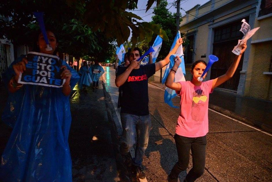 Los manifestantes continúan en los alrededores de la Plaza de la Constitución para exigir la renuncia de Pérez Molina. (Foto: Wilder López /Soy502)