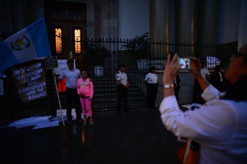 Familias continúan manifestando en la plaza de la Constitución luego de más de 8 horas de protesta. (Foto: Wilder López/ Soy502)