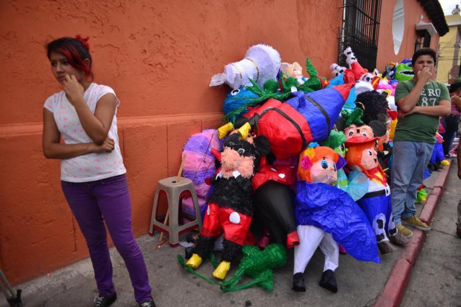 Comerciantes y transeuntes observaban desde las afueras de la piñatería que se incendió en la zona 1.(Foto: Jesús Alfonso/ Soy502)