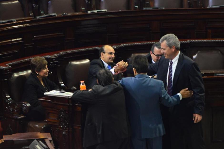 Varios diputados se saludan previo al inicio de la sesión plenaria programada para este día en el Congreso de la República. (Foto: Jesús Alfonso/ Soy502)