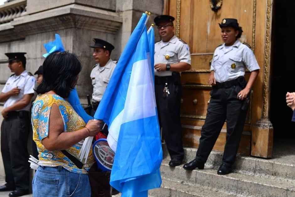 Un grupo de agentes de seguridad permanecen en las afueras del Congreso de la República en donde se realizará una sesión de Jefes de Bloque. (Foto: Wilder López / Soy502)