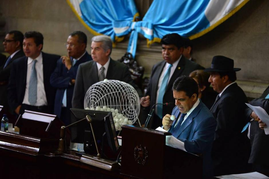 Diputados realizan sorteo para conocer quienes integrarían la Comisión pesquisidora. (Foto: Alexis Batres/ Soy502)