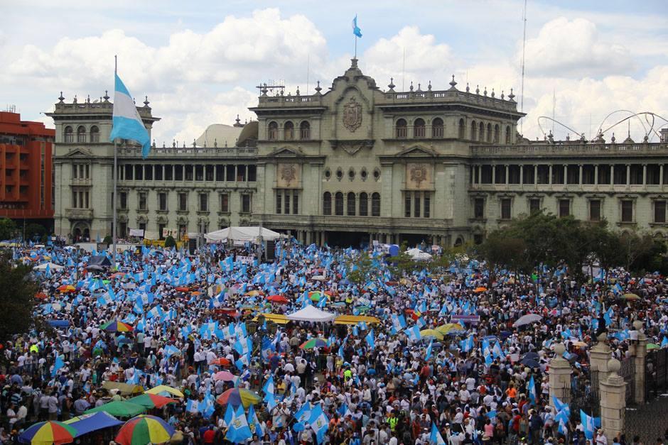 Miles de guatemaltecos participaron en la Marcha Pacífica del 27 de agosto pidiendo la renuncia del presidente Otto Pérez Molina. (Foto: Alexis Batres/Soy502)