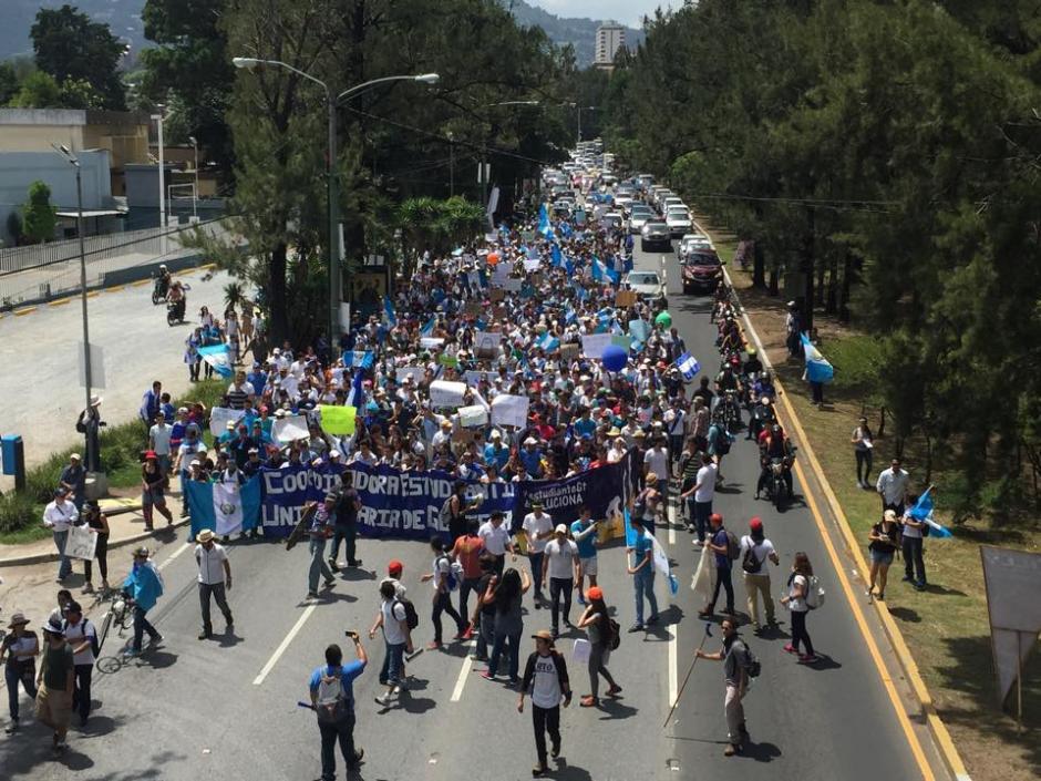 Otro movimiento estudiantil fue el de la Coordinadora Estudiantil Universitaria de Guatemala que recorrió la zona 15 hacia el centro de la ciudad. (Foto: Gaby Girón/Soy502)