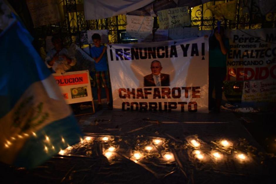 Al caer la noche en la ciudad, guatemaltecos seguían protestando en la puerta principal del Palacio Nacional de la Cultura. (Foto: Jesús Alfonso/Soy502)