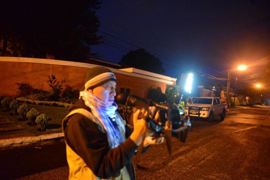 Varios medios de comunicación se dieron cita a las afueras de la casa del mandatario a la espera de que hubiera algún movimiento. (Foto: Jesús Alfonso/Soy502)
