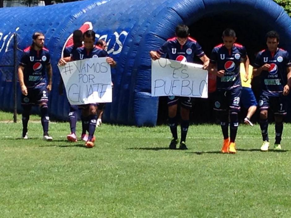 Los jugadores sancarlistas salieron del túnel portando los carteles