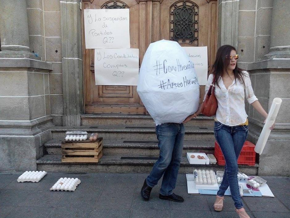 Un grupo de manifestantes llevan huevos a las afueras del Tribunal Supremo Electoral. (Foto: Alejandro Balan/Soy502)