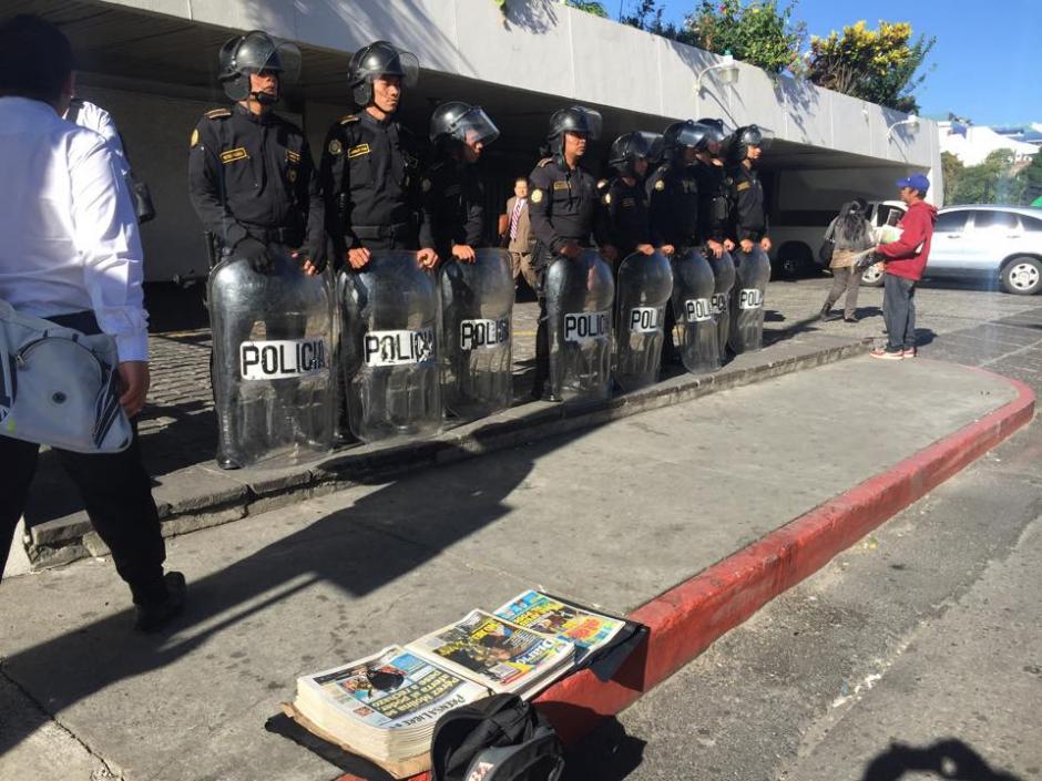 Fuerzas de seguridad resguardan el edificio de la Torre de Tribunales previo a que se realice la audiencia de primera declaración de la exvicepresidenta Roxana Baldetti. (Foto: Jesús Alfonso/ Soy502)