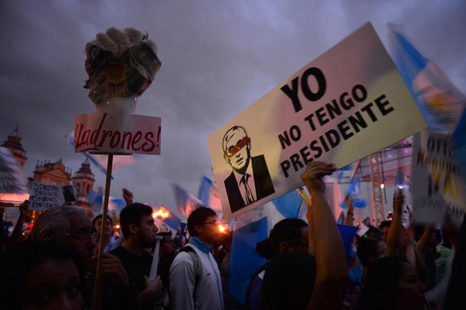 No importo la lluvia, los manifestantes permanecieron en la plaza al caer la tarde. (Foto: Jesús Alfonso/Soy502)