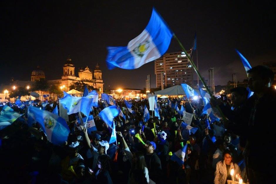 Manifestantes permanecieron hasta largas horas de la noche gritando consignas frente al Palacio Nacional. (Foto: Wilder López/Soy502)