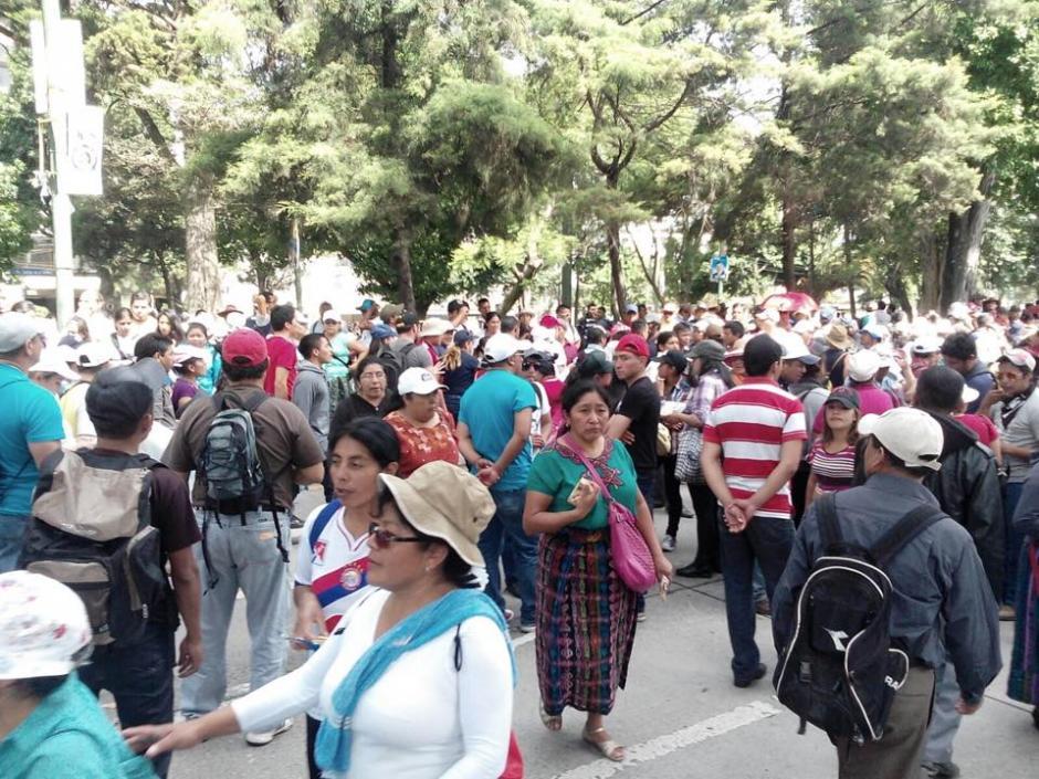 Un grupo de maestros realiza manaifestación desde el Obelisco hacia el Congreso de la República. (Foto: Alejandro Balan/ Soy502)