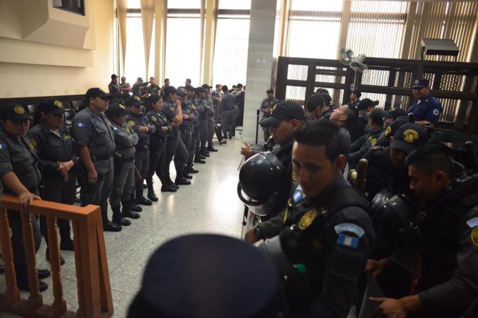 Fuerte presencia de guardias del Sistema Penitenciario y agentes de la Policía Nacional Civil. (Foto: Jesús Alfonso / Soy502)