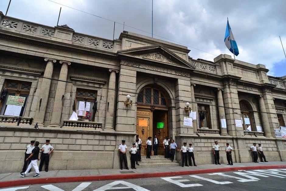 El Palacio Legislativo se encuentra resguardado por agentes de la Policía Nacional Civil. (Foto: Wilder López /Soy502)