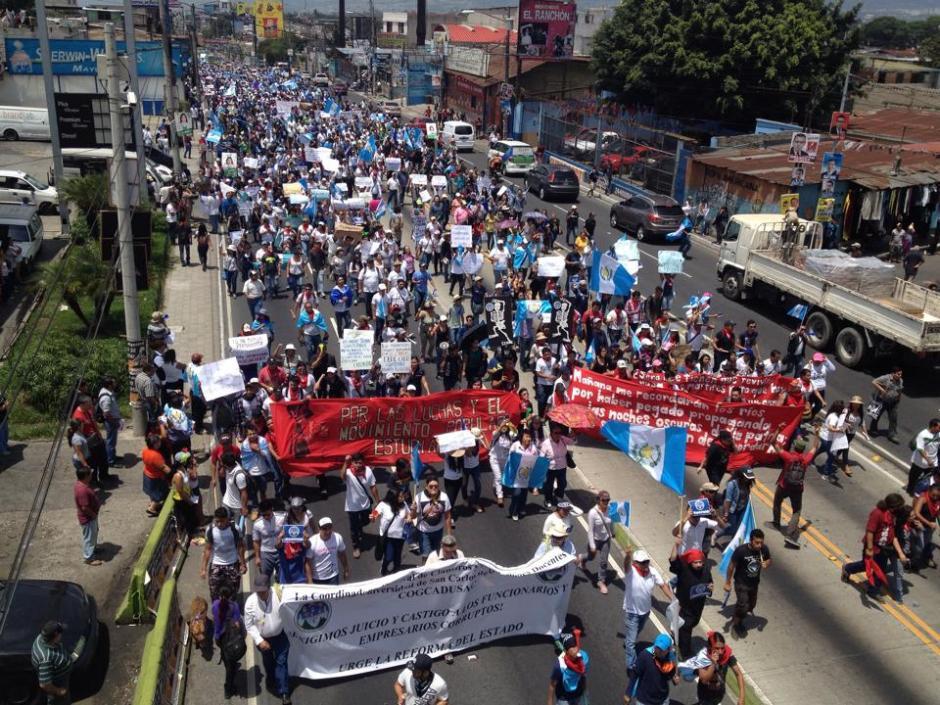 Así se vio la marcha de estudiantes de la Universidad de San Carlos recorriendo la calzada Aguilar Batres. (Foto: Pedro Pablo Mijangos/Soy502)