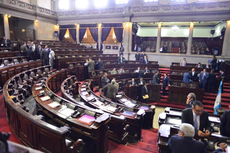Algunos diputados ya se encuentran en el Congreso de la República para la sesión plenaria del día. (Foto: Jesús Alfonso/ Soy502)