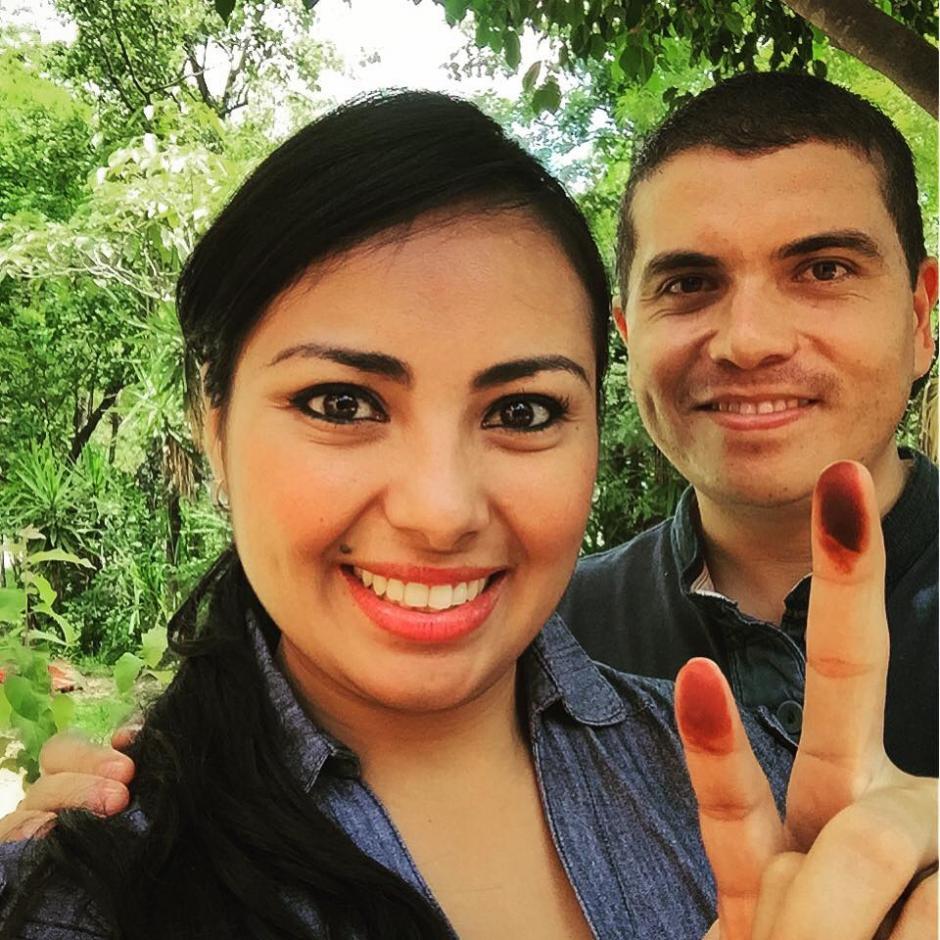 El árbitro de la Liga Nacional Jonathan Polanco, con su esposa luego de votar en Jutiapa. (Foto: Cortesía)