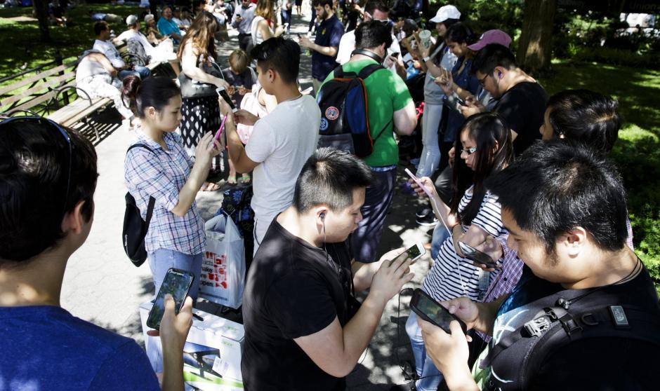 Un grupo de jóvenes se entretiene con Pokémon Go en sus teléfonos inteligentes en Union Square, en Nueva York (EE.UU.). (Foto: EFE)