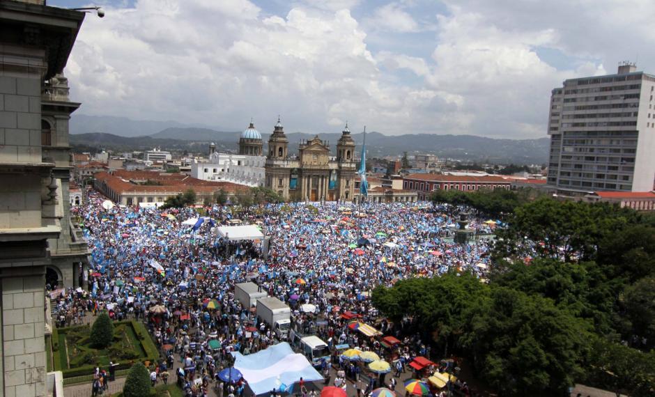 Una vista distinta de cómo se llenó la Plaza de la Constitución durante la Marcha Pacífica. (Foto: Luis Barrios/Soy502)