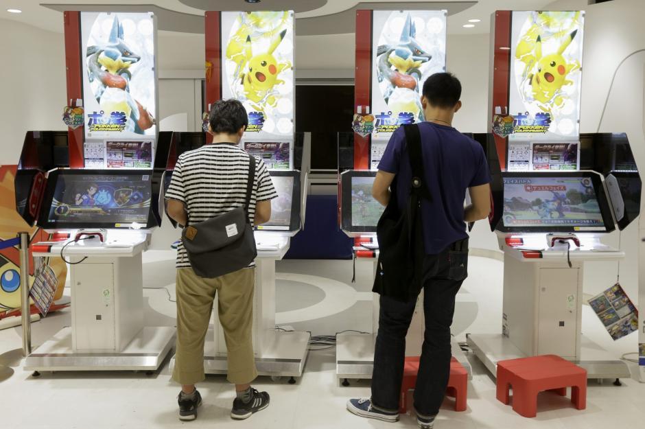 Dos jóvenes japoneses juegan a videojuegos de la saga Pokémon en el Centro Pokémon en Tokio, Japón. (Foto: EFE/Archivo)