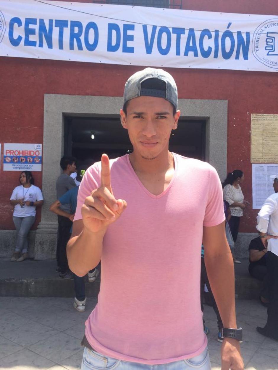 El lateral izquierdo de Comunicaciones, Rafael Morales, votó en Jocotenango, Sacatepéquez. (Foto: Cortesía)