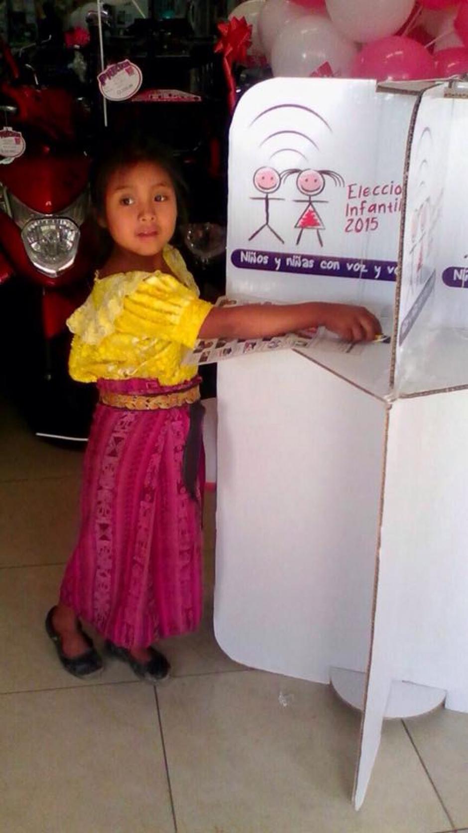 Una niña emitió su voto en Quetzaltenango, imitando a los adultos que eligieron autoridades este domingo. (Foto: Elecciones Infantiles)