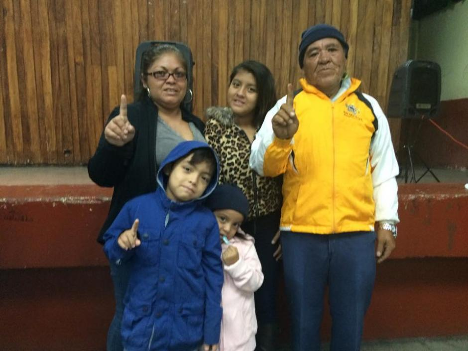 """#YaVoté Arnuldo Recinos, de 66 de años votó en el Instituto Rafael Aqueche, acompañado de sus nietos. """"Nada nos impide ir a votar. Ya lo que está pasando en Guatemala se está arreglando"""" afirmó. (Foto: Marcela Fernández/ Soy502)"""