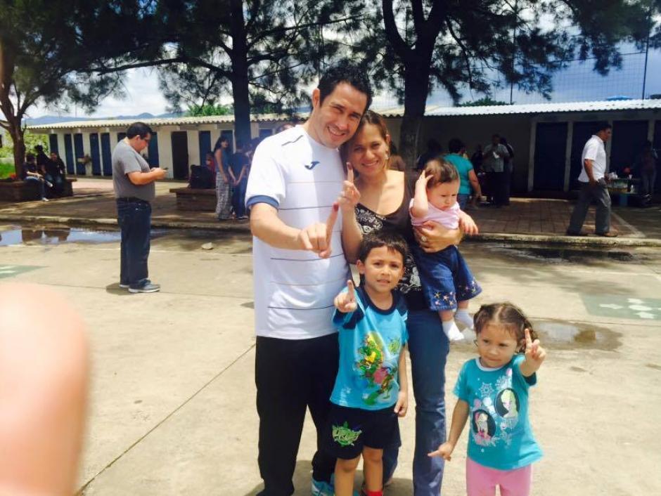 El portero de la Selección de futsala de Guatemala posa con su familia tras haber ido a votar. (Foto: Cortersía)