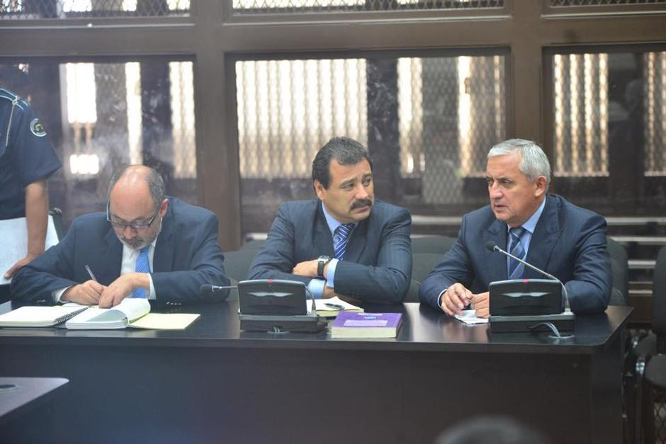 El expresidente aún se queda con la representación legal del abogado César Calderón (c). Foto: Archivo/Soy502)