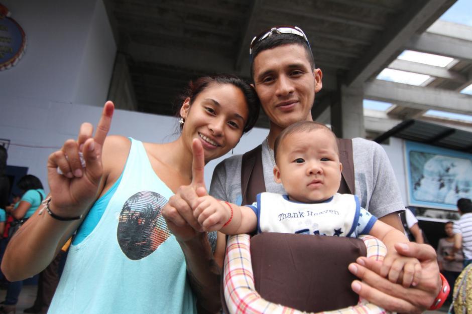 Los marchista Jamy Franco y Jaime Daniel Quiyuch fueron a votar a Canal 27, en lacalzada roosevelt. (Foto: Luis Barrios/Soy502)