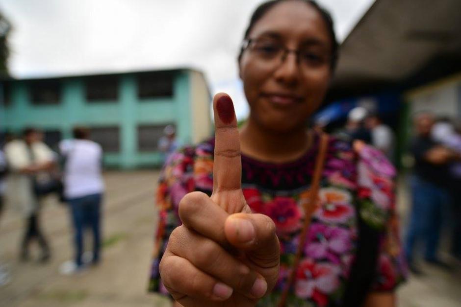 """#YaVoté La jóven Verónica Salvador muestra su dedo índice luego de emitir su voto. """"Manifestó su poder haciendo valer su voto"""". (Foto: Wilder López/ Soy502)"""