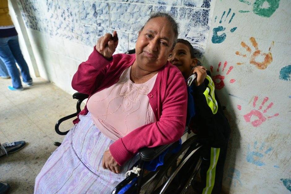 """#YaVoté La señora Esperanza Ruano emitió su voto """"Porque le preocupa Guatemala y porque según ella ésta podría ser la última vez que vota"""". (Foto: Wilder López/ Soy502)"""
