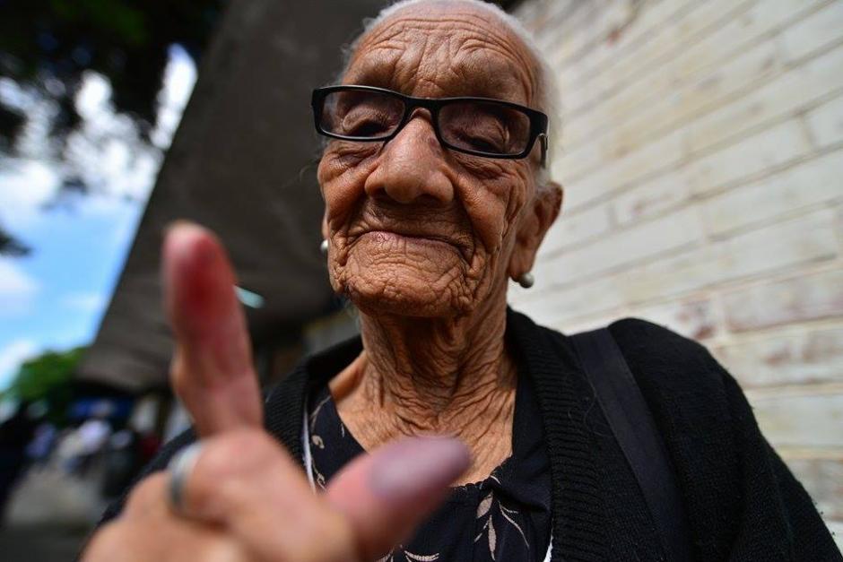 #YaVoté La señora Marta Caseros Polanco acudió a emitir su voto en el Instituto Experimental Doctor José Matos Pacheco en la zona 5 capitalina. (Foto: Wilder López/ Soy502)