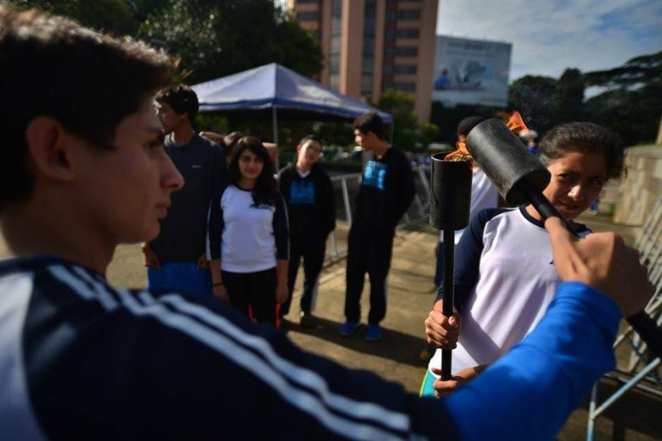 Algunos colegios y escuelas aprovechan los primeros rayos del sol para recorrer sin problemas las calles de la ciudad.(Foto: Wilder López/Soy502)