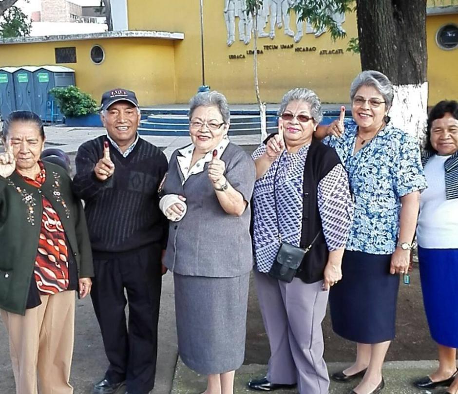 Un grupo de adultos mayores muestran su dedo índice luego de haber emitido su voto. (Foto: Pablo Cuevas/ Soy502)