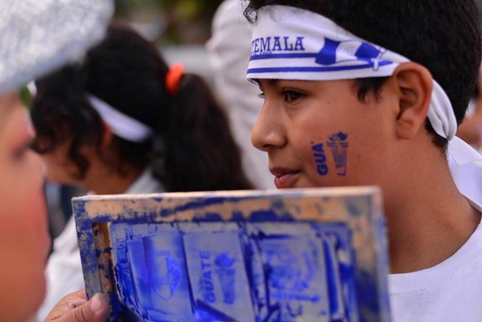 Los corredores demuestran su amor patrio pintándose logotipos referentes a Guatemala.(Foto: Wilder López/Soy502)