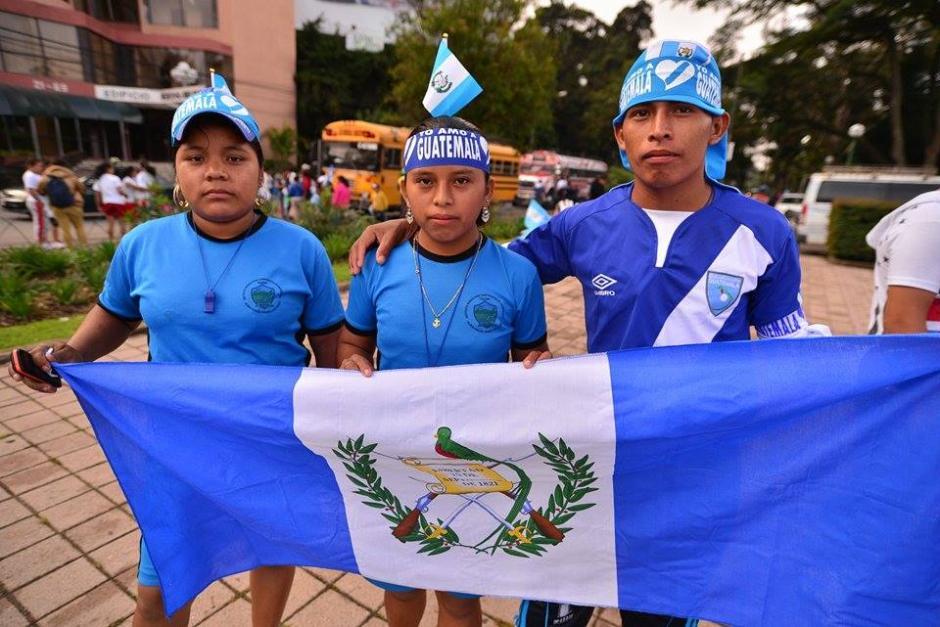 Con los colores que identifican al país, muchas personas participan en el recorrido y portan las antochas en todo el país.(Foto: Wilder López/Soy502)