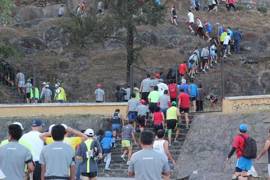 Desde tempranas horas largas filas de corredores se formaron en el Cerrito del Carmen para ubicarse en el área respectiva previo al inicio de la carrera. (Foto: José Dávila/Soy502)