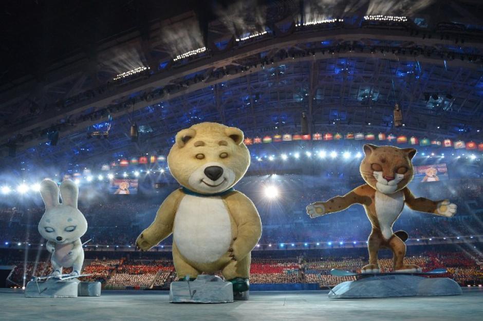 Las mascotas de Sochi también tuvieron su espacio durante la inauguración de las justas deportivas. (Foto: AFP)